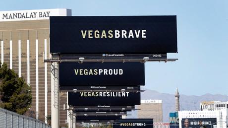 Mit Botschaften auf Plakatwänden beschwört die Stadt Las Vegas nach dem Massaker ihre Standhaftigkeit. Im Hintergrund das Hotel, von dem aus der Attentäter die Konzertbesucher beschoss.