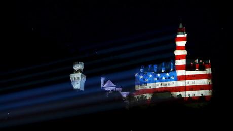 Das südbayerische Schloss Neuschwanstein, erleuchtet in den Farben der amerikanischen US-Flagge (G-7-Gipfel, Juni 2015, Quelle: Reuters)