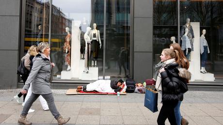 Ein Obdachloser vor einem Zara-Geschäft in der Tauentzienstrasse in Berlin.