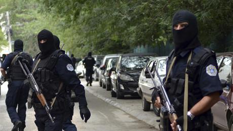 Eine maskierte Anti-Terror-Einheit im Einsatz in Pristina.