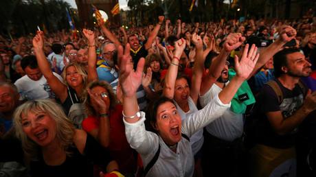 Menschen begrüßen die De-Facto-Unabhängigkeitserklärung des katalanischen Ministerpräsidenten Carles Puigdemont, Barcelona, 10. Oktober 2017.