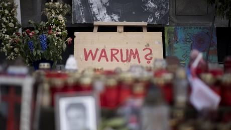 Nicht nur die Menschen, die im Gedenken an das Attentat Blumen und Kerzen am Anschlagsort niederlegten, fragen sich, wie es zu der Tat kommen konnte.