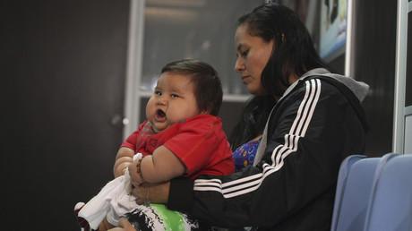 Ein acht Monate alter Säugling wird von seiner Mutter gehalten. Das Bild wurde in einer Klinik für Fettleibige in Bogotá am 19. März im Jahr 2014 geschossen.