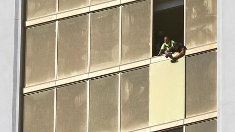 Arbeiter reparieren das zerbrochene Fenster im Mandalay Hotel, aus dem  Stephen Paddock auf die Zuschauermenge schoss.