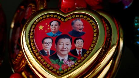 Symbolbild: Ein Souvenir mit Portraits chinesischer Staatsmänner: Mao Zedong (oben links), Deng Xiaoping (oben rechts), Jiang Zemin (unten links), Hu Jintao (unten rechts) und der aktuelle Präsident Xi Jinping (mitte).