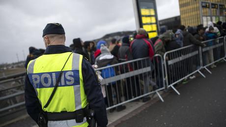 Schwedischer Polizist bewacht den Zustrom von Migranten in Hyllie vor Malmö, Schweden.