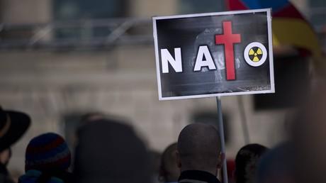 Die Kriege der NATO ziehen immer wieder Proteste auf sich. Die Jugendorganisation der Labour-Partei fordert nun den Austritt Großbritanniens aus dem Militärbündnis.