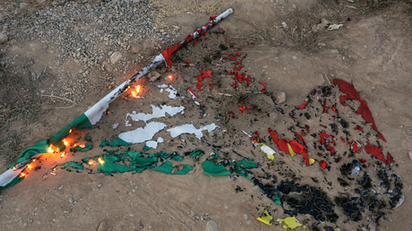 Von irakischen Truppen verbrannte kurdische Flagge in Kirkuk, 16 Oktober 2017