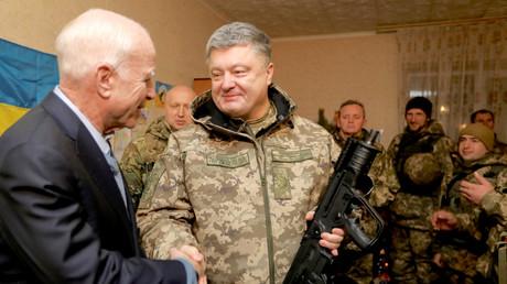 Der ukrainische Präsident Petro Poroschenko bedankt sich für die Waffen bei Senator John McCain, bei Mariupol, Ukraine, 31. Dezember 2016.