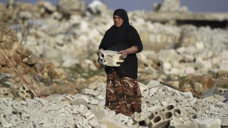 Om Mohamad, eine Flüchtlingsfrau aus Al-Bayada in Homs, räumt die Trümmer eines Hauses beiseite, 24. Januar 2015.