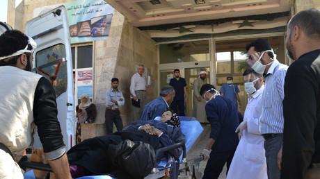 Symbolbild: Eine Frau, die von einem angeblichen Gasangriff auf die Stadt Telminnes getroffen wurde, wird am 21. April 2014 in das Krankenhaus Bab al-Hawa, Syrien, gebracht.