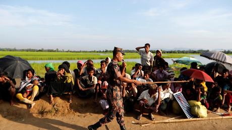 Rohingya-Flüchtlinge aus Myanmar warten auf die Erlaubnis zur Weiterreise in ein Flüchtlingscamp in Bangladesch, Palang Khali, 17. Oktober 2017.