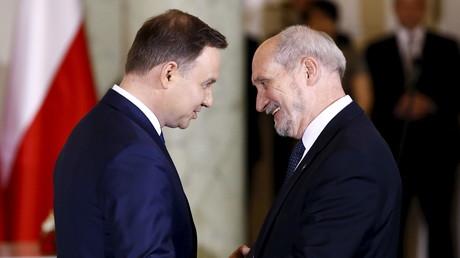 Der polnische Präsident Andrzej Duda (l.) und der Verteidigungsminister Polens, Antoni Macierewicz (r.). Präsidentenpalast in Warschau, November, 2015, Quelle: Reuters