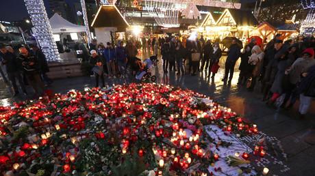 Bei dem Anschlag mit einem LKW am 19. Dezember 2016 starben elf Besucher des Weihnachtsmarktes und weitere 55 Besucher wurden verletzt, einige davon lebensgefährlich. Das zwölfte Todesopfer war der Speditionsfahrer des Lkw, der im Führerhaus starb.