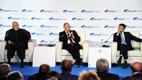 Wladimir Putin, Hamid Karzai (links), ehemaliger Präsident Afganistans und Jack Ma (rechts), der CEO des Alibaba Group während der letzten Podiumsdiskussion im Rahmen der Waldai-Konferenz am 19. Oktober 2017.