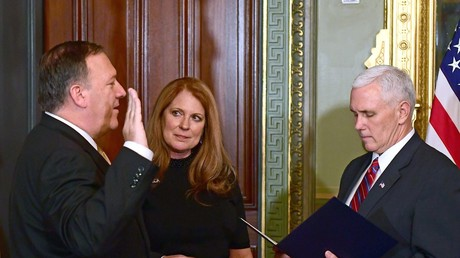 Mike Pompeo (l.) bei seiner Vereidigung als CIA-Direktor durch den US-Vizepräsidenten Mike Pence.