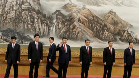Chinas Präsident Xi Jinping und die weiteren Mitglieder des Politbüros Wang Huning, Li Zhanshu, Han Zheng, Li Keqiang, Wang Yang und Zhao Leji (von links nach rechts); Peking, China, 25. Oktober 2017.