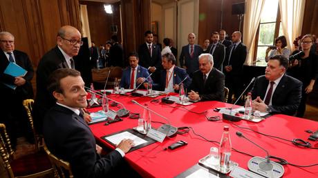 Der französische Präsident Emmanuel Macron (l) und sein Außenminister Jean-Yves Le Drian (z.v.l).