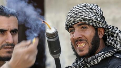 Damaskus, 9. Februar 2013: Kämpfer der FSA-Brigade Tahrir al-Sham schießen eine selbstgebaute Granate ab.