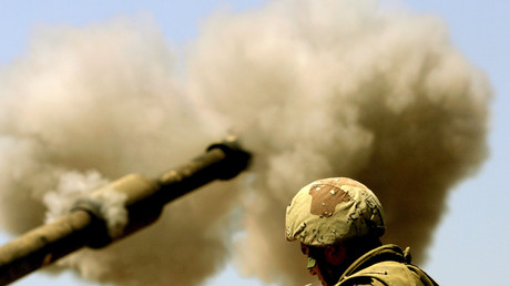 Ein Soldat lutscht an einem Lolli, während eine israelische 155 Millimeter Artillerie auf das nördliche Gaza feuert, Israel, 29. Juni 2006.