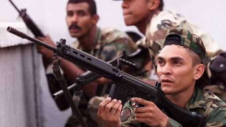 Soldaten nehmen Positionen gegenüber dem Präsidentschaftspalast im Zuge des Militärputsches gegen den demokratisch gewählten Präsidenten Hugo Chávez ein, 13. April 2002. Unterstützer des damaligen Staatsstreiches werden nun von der EU für die