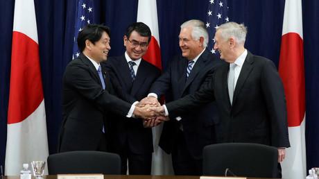Vierer-Handschlag: Japans Verteidigungsminister Itsunori Onodera, Außenminister Tarō Kōno, US-Außenminister Rex Tillerson und US-Verteidigungsminister James Mattis (v.l.n.r.) bei einem Treffen in Washington am 17. August.