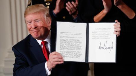 US-Präsident Donald Trump zeigt im East-Room des Weißen Hauses in Washington  die Notstands-Erklärung zur Drogen-Krise der Nation