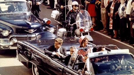 Dallas, 22. November 1963: US-Präsident John Fitzgerald Kennedy kurz vor seiner Ermordung durch einen oder mehrere Attentäter.