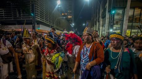 Vertreter indigener Völker demonstrieren Ende August in São Paulo gegen eine Entscheidung des Justizministeriums, einem indigenen Stamm nördlich der Stadt die Landrechte zu entziehen.