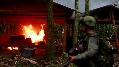 Ein Mitglied der kolumbianischen Anti-Drogen-Sondereinheit während der Verbrennung eines sogenannten