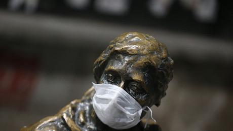 Eine Statue mit einer Maske, aufgesetzt von Anti-Regierungsdemonstranten im Zentrum von Ankara (13. März 2014, Quelle: Reuters)