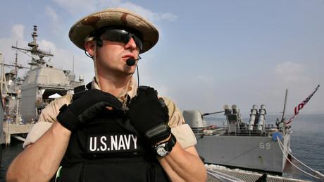 Ein Angehöriger der US-Navy bewacht das US-Militärschiff Vicksburg an einem Ölterminal in Dschibuti, Februar 2006.
