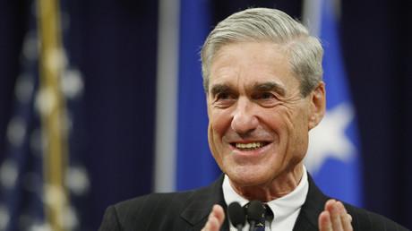 FBI-Sonderermittler Robert Mueller applaudiert Mitarbeitern während einer Zeremonie zum Ende seiner Amtszeit als FBI-Chef, Washington, USA, 1. August 2013.