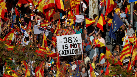 Heute war der Tag der Gegendemonstration. Hunderttausende gingen in Barcelona auf die Straßen, um sich gegen die Unabhängigkeit auszusprechen. Katalonien scheint gespalten.