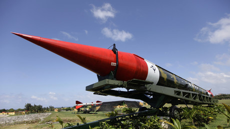 Ein ausrangiertes Modell einer atomwaffenfähigen sowjetischen Mittelstreckenrakete vom Typ SS-4 ziert eine Ausstellung auf dem Gelände der Festung La Cabaña in Havanna.