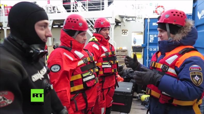 Rettungskräfte untersuchen Rumpf des abgestürzten Mi-8-Hubschraubers bei Spitzbergen