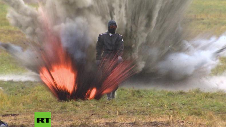 Russland: Frau aus Stahl? Nein, aus Aramiden und sie spaziert durch Feuer und Explosionen