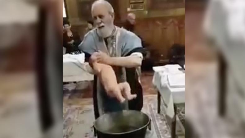 Mit Gottes Segen? Priester verliert bei Taufe von schreiendem Baby Kontrolle – Verstörende Aufnahmen