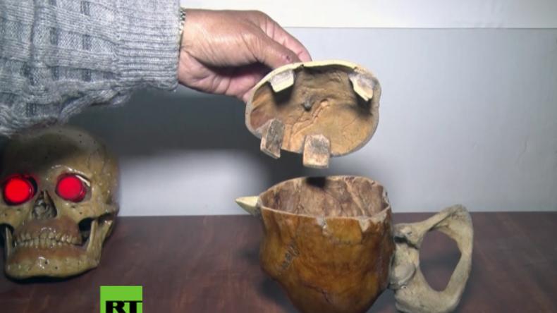 Doktor des Schreckens - Mann erstellt Deko, Möbel und Skulpturen aus echten Menschenknochen