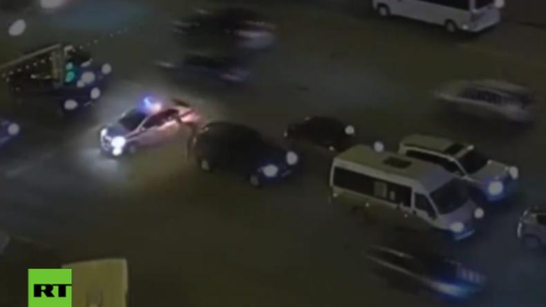 Russland: Falsch oder richtig? Alter Mann läuft mitten durch den Verkehr - Polizei kommt zu Hilfe