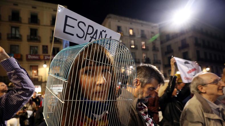 Unterstützer der Unabhängigkeit Kataloniens protestieren vor Stadtparlament in Barcelona