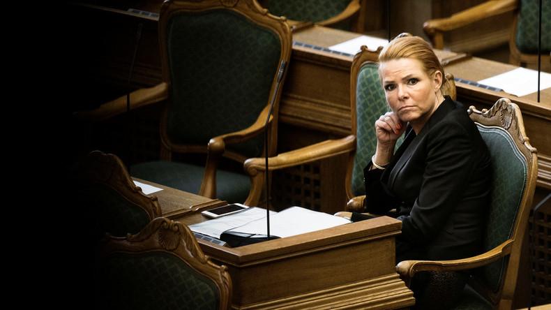 Dänische Migrationsministerin wird aus Flüchtlingsheim evakuiert – Auto fährt Asylsuchende um