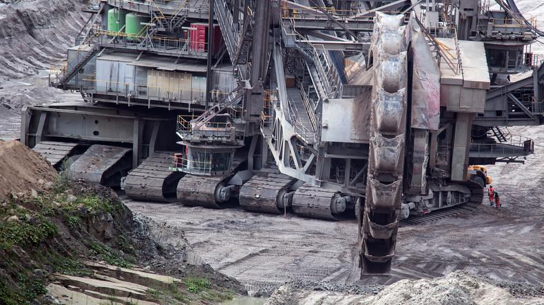 Demonstranten protestieren in Tagebau Hambach für Kohleausstieg