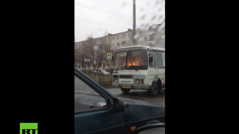 "Russland: ""I'm on the Highway to Hell"" - Busfahrer fährt seelenruhig mit brennendem Bus weiter"