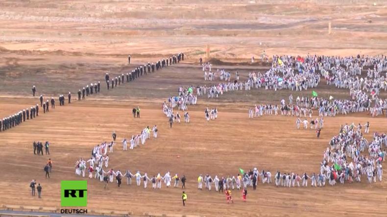 Rund 1.000 Aktivisten dringen in Braunkohle-Tagebau ein: Polizisten gebissen und Hand gebrochen