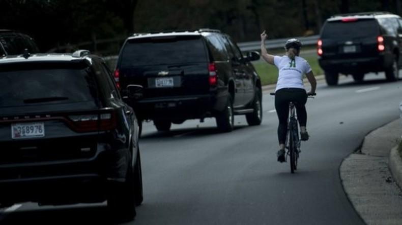 US-Bürgerin zeigt Autokolonne von Trump Stinkefinger – und wird gefeuert