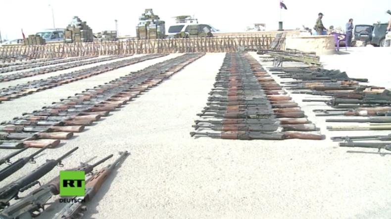 """Deir ez-Zor: SAA präsentiert Waffen des IS - """"Viele aus EU-Ländern, die den IS unterstützten"""""""