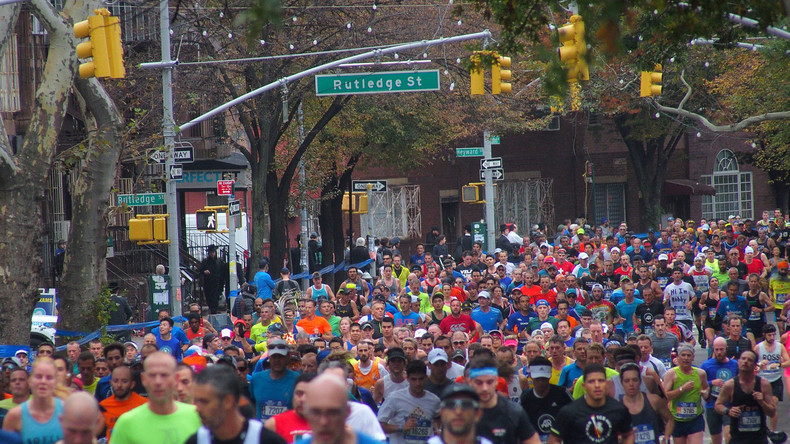 Blinder Sportler läuft New-York-Marathon alleine - dank moderner Technologie, die ihn lenkt