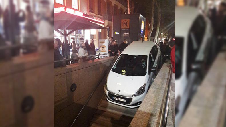 U-Bahn mit Tiefgarage verwechselt: Auto steckt auf Treppe fest