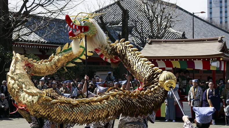 Dinosaurier-Statue beschützt jahrhundertealten japanischen Tempel